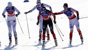 Sverige och Polen växlar i sprintstafetten.