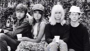 Neljä nuorta pääosanesittäjää elokuvassa Käpy selän alla (1966).