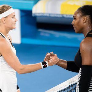 Lucie Safarova och Serena Williams skakar hand