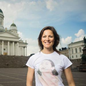 Mia Hafrén står utanför domkyrkan.