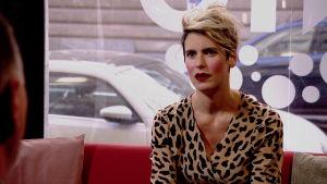 Nina Rung sitter i Efter Nios röda soffa.