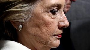 Närbild av Hillary Clintons ansikte i profil.