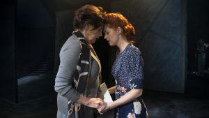 Pirkko Mannola och Jennie von Storbacka i musikalen Äidinmaa.