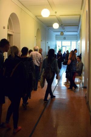 Människor trängs i en korridor.