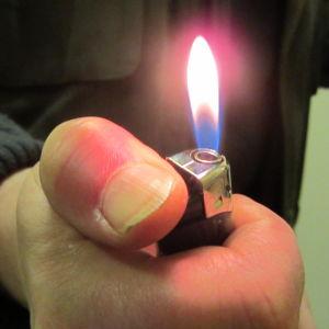 eldslåga ur cigarrettändare