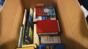 Kirjoja muuttolaatikossa.