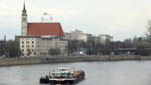 Floden Elbe flyter genom Magdeburg