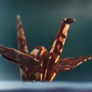Sakun äiti taittelee origamikurkia