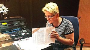 Anneli Heikkilä-Nordmyr går igenom sitt manus en sista gång innan inspelning.
