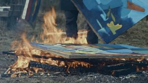Alvar Gullichsen bränner gamla målningar