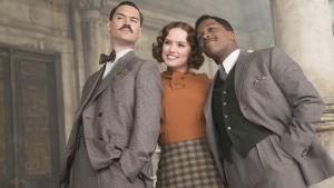 Trion Manuel Garcia Rulfo, Daisy Ridley och Leslie Odom Jr. poserar.