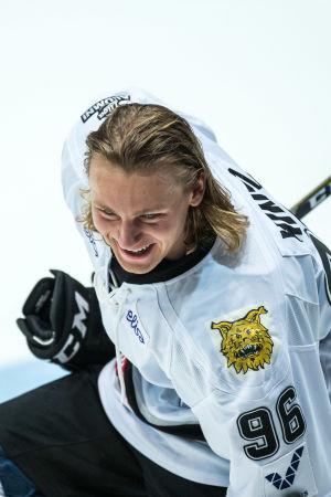 Roope Hintz ler på isen.