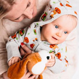 En mamma med ett barn i famnen. Barnet har på sig kläder ur moderskapsförpackningen 2017.