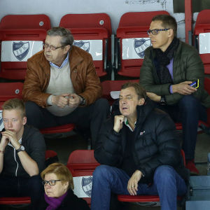 Göran Stubb och Alexander Stubb sitter bredvid varandra på HIFK:s läktare.
