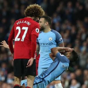 Fellaini skallar ner Agüero. Martin Atkinson blåser i pipan.