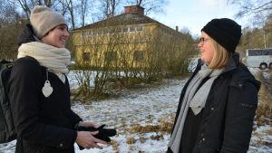 Arkitektstuderandena Noora Paajanen och Meliina Rantalainen funderar på vad man kunde göra med tvättstugan i Malmnäs.