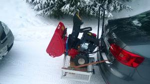 56 kg:n painoinen lumilinko kantavuudeltaan 59 kg:n peräkoukkutelineessä.