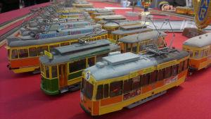 Miniatyrspårvagnar från Åbo på ett bord