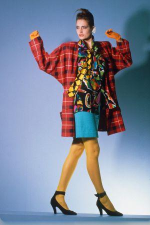 kvinna i rödrutig kavaj med stora axelvaddar