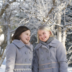 Onneli (Aava Merikanto) ja Anneli (Lilja Lehto) talvisissa tunnelmisssa
