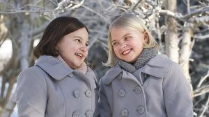 Aava Merikanto och Lilja Lehto poserar som Onneli & Anneli