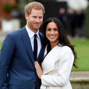 Prins Harry och Meghan Markle poserar inför fotografer.