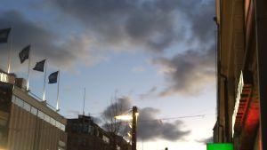 Pilviä Tampereen iltataivaalla - pilvistä yksi näyttää oikealle kaahaavalta porsaalta, näkyy kärsä, korvat jne.
