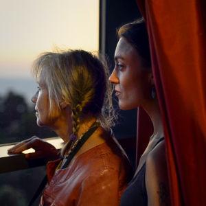 Mor och dotter vid fönster, Karin och Sara Broos