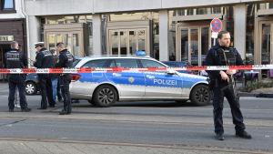Poliser patrullerade på platsen där en en man körde in i en folkhop på ett centralt torg i den tyska staden Heidelberg den 25 februari 2017.