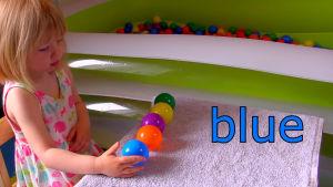 Barn lär sig färg på bollar.