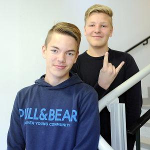 Anton Frants och Simon Lundegård, i högstadiet i petalax, står i trappa inomhus