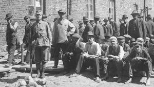 Fångar och väktare på Sveaborg 1918.