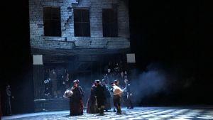 Rök och blåaktigt ljus på körsångare på Kungliga Operans scen