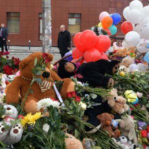 Rysslands president Vladimir Putin lägger ner blommor i Kemerovo