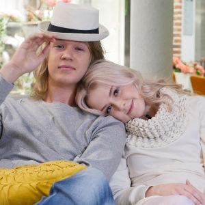 Kuvassa Lenni Morris (Joel Bonsdorff) ja Iris Rainio (Amelie Blauberg).