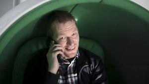 Finländaren Tuomo Ryynänen har lidit av smarttelefonberoende, intervjuad av Yle Uutiset.