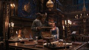 Odjuret (Dan Stevens) visar sitt bibliotek för Belle (Emma Watson).