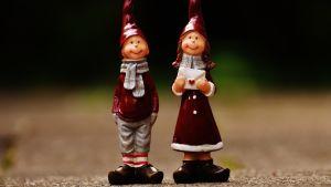 Kaksi jouluhahmoa, ehkä tonttuja