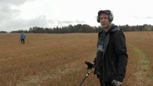 Jussi Nieminen (Menneisyyden metsästäjät) pellolla
