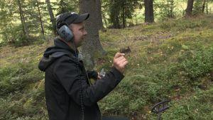 Jussi Nieminen (Menneisyyden metsästäjät) metsässä