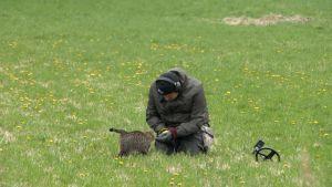 Tomi Virtanen (Menneisyyden metsästäjät) kissan kanssa pellolla