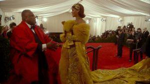 Rihanna ja André Leon Talley Met Galassa 2015. Ruutukaappaus dokumenttielokuvasta Toukokuun ensimmäinen maanantai.