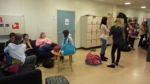 Elever umgås i en skolkorridor.