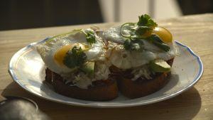 Smörgås med tomat- och baconsylt, surkål, avocado och ägg