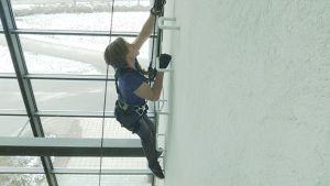 Aron Anderson testar klätterväggen på Arcada