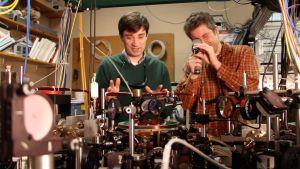 Professori David Hall ja tohtori Michael Ray Amherst Collegesta USAsta laitteistonsa äärellä.