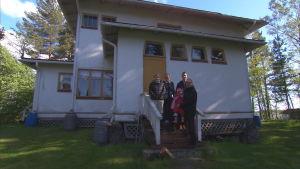 Kerstin Kolam med familj på sommarstugan