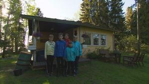 Kerstin och Maj-Britt Tujulin med familj på sommarstugan