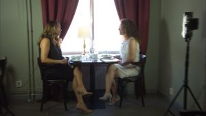 Janina Fry och Pia-Maria Lehtola talar om klänningar på et cafe