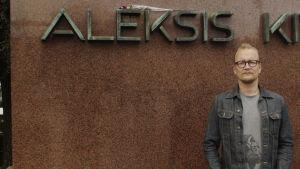 Janne Reinikainen A.Kiven patsaan edestä, nimi näkyy